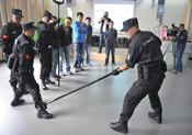 教官團傳授防暴恐工具使用方法