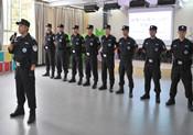 貴陽警方向實驗小學的安保人員傳授防暴恐技能