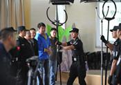 貴陽警方向實驗小學的安保人員介紹反恐工具使用方法