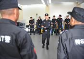 貴陽警方向實驗小學的安保人員傳授反恐技能