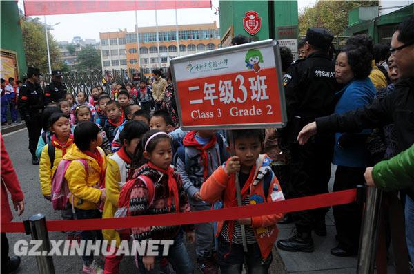 孩子排隊從學校出來