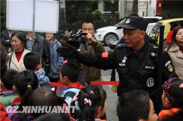 校園保安引導孩子前往家長等待區域