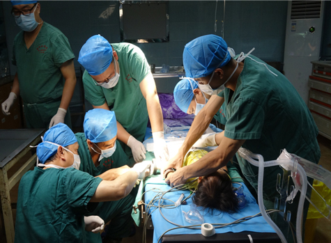 消防員協助醫生手術