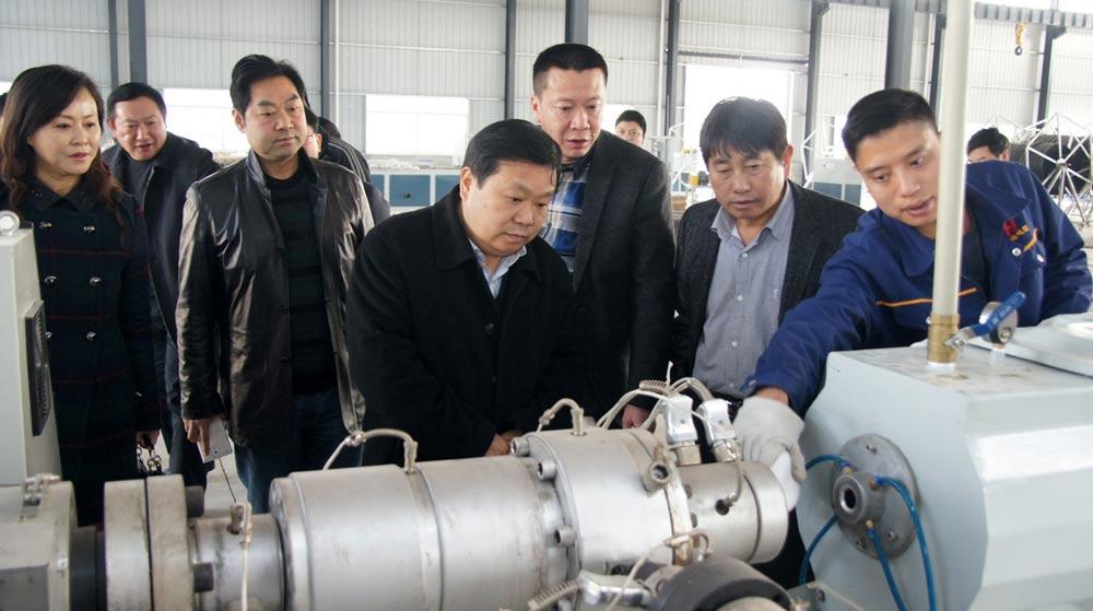 張珍強在弘源電信生産車間調研