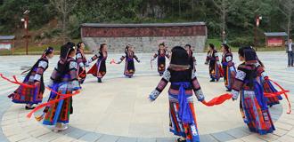 布依族群眾展示民族舞蹈