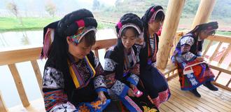 布依族群眾展示刺繡技藝