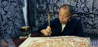 布依族同胞展示楓香染技藝