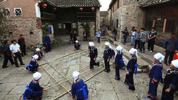 惠水縣好花紅鎮布依族同胞向遊客展示傳統竹竿舞