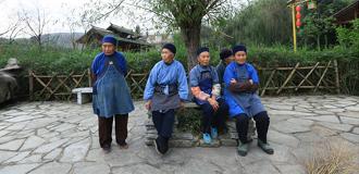 布依族老人在村中廣場休息聊天