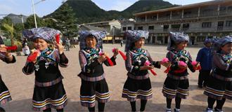 布依族群眾表演舞蹈