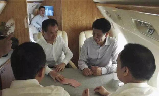 王健林私人飞机内直播斗地主