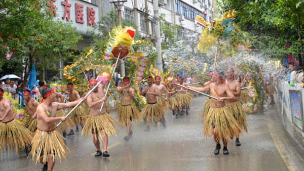 平塘端午民間水龍表演 萬名群眾爭潑吉祥水祈福