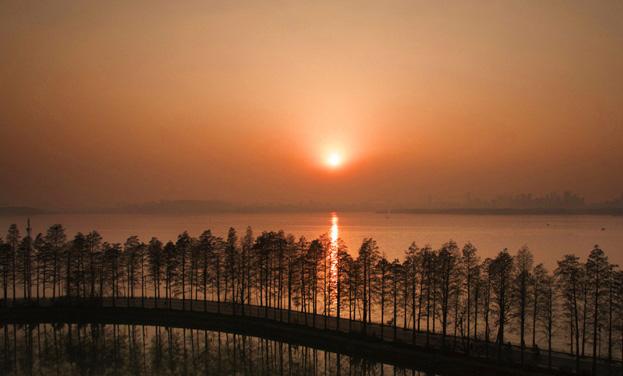 """【""""飞阅""""中国】新华网航拍:夕阳下的武汉东湖"""