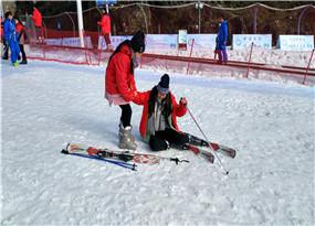 在滑雪場滑雪的滑雪愛好者