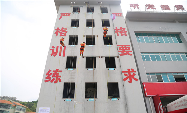 """贵州:消防应急救援教学""""显身手"""""""