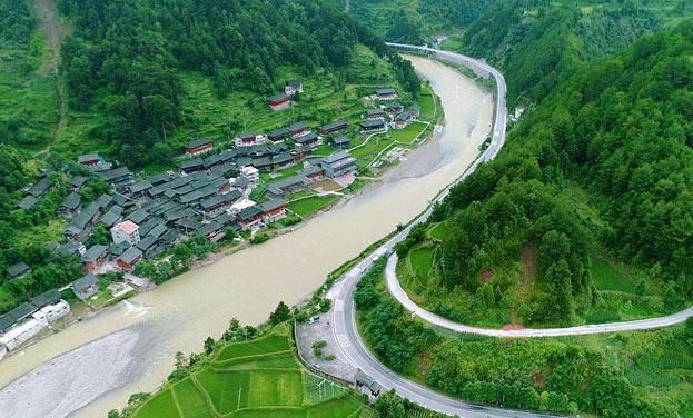 新華網航拍:巴拉河畔留住歲月的古樸苗寨