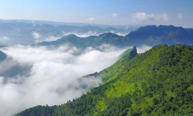 航拍貴州紫雲布依族村寨大霧似仙境