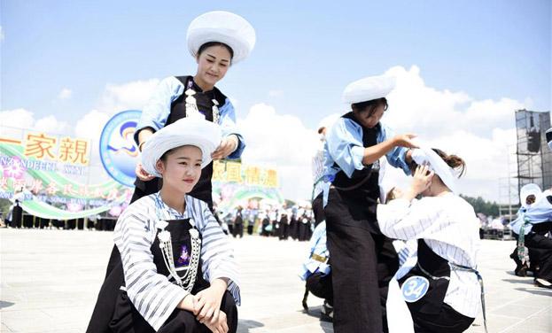 貴州貞豐舉行布依族千人包帕大賽
