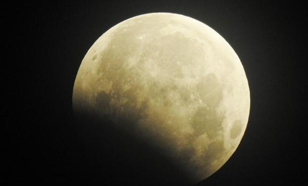 月偏食上演蒼穹