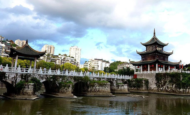 航拍貴陽甲秀樓 南明河上見證400年風雨