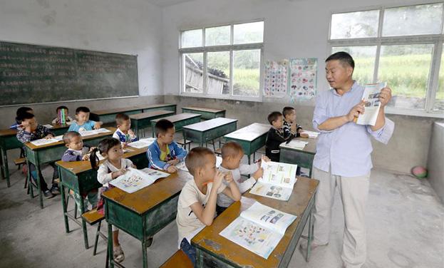 """貴州龍裏:34年堅守一所""""村小""""教書育人"""