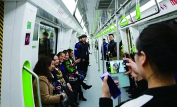 貴陽:百余市民試乘軌道1號線