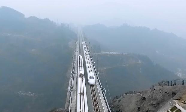 航拍渝貴鐵路試運行 兩車交會視覺震撼