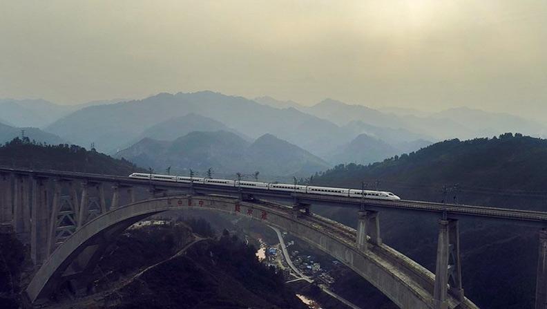 夕陽下的飛馳——航拍渝貴鐵路試運行