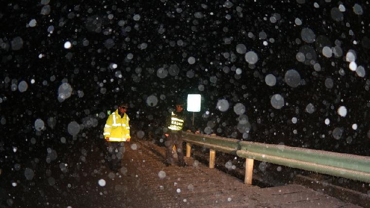 冰天雪地送溫暖 風雪路上保平安