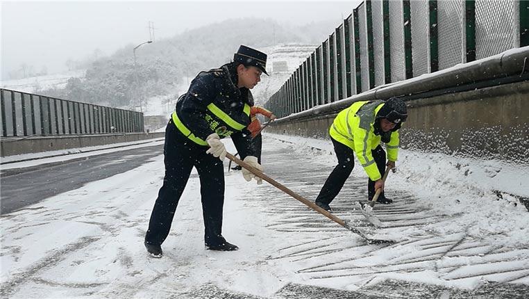 凝凍路上,路政在行動