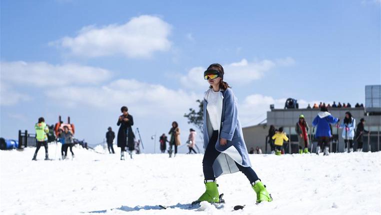 """雪上飛舞慶""""三八"""""""