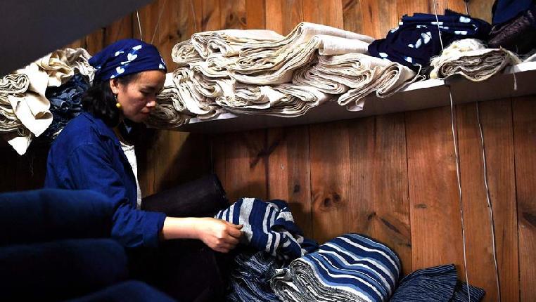 侗族大學生夫妻回村創業賣土布