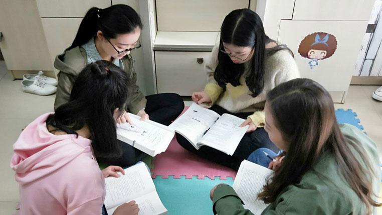 """一寢室四姑娘全考研成功 看""""學霸寢室""""是怎樣煉成的"""