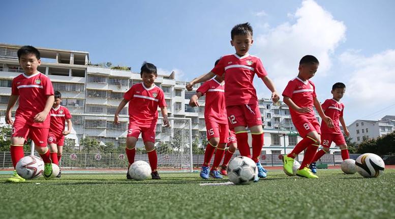 貴州丹寨:暑期到 學足球