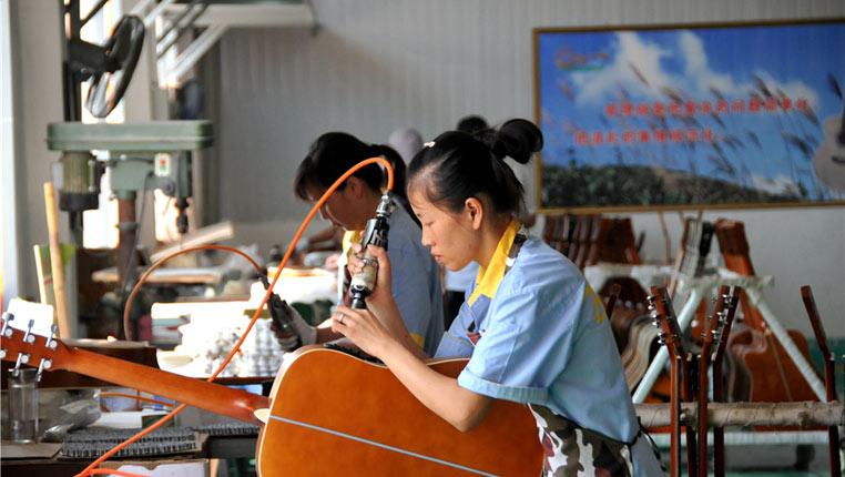 【脱贫攻坚在行动】探访贵州正安吉他产业园:年产吉他510万把 解决就业近万人