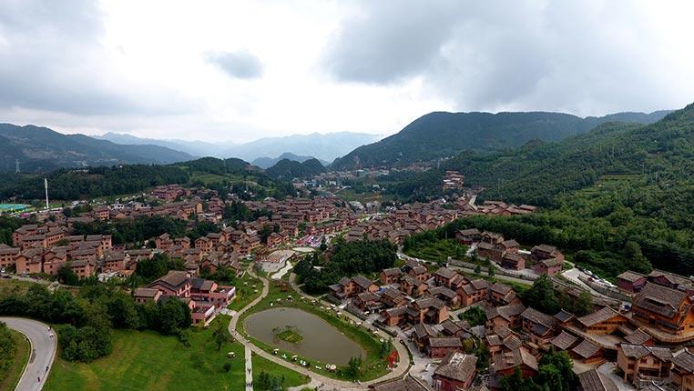 航拍贵州海坪彝族风情小镇 感受彝族文化魅力