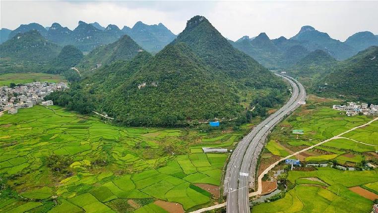 喀斯特山區的高速公路