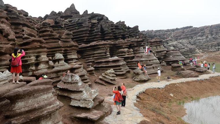 贵州松桃:红石景观迎宾客