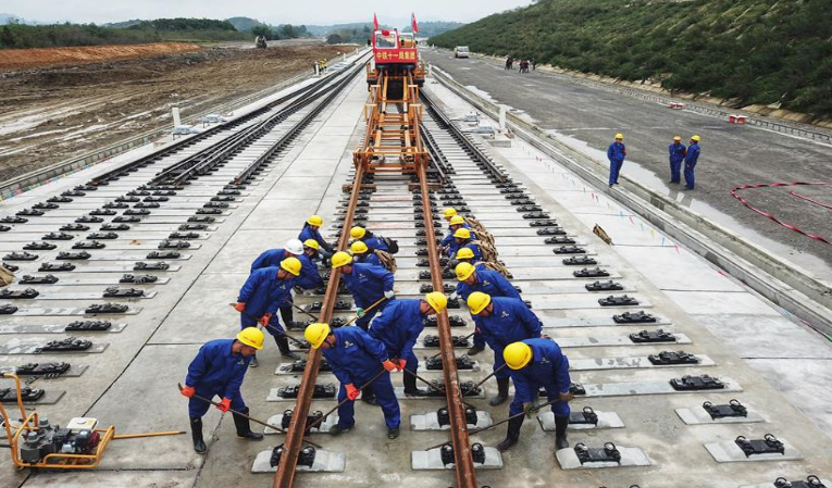 成貴鐵路雲貴段正線開始鋪軌