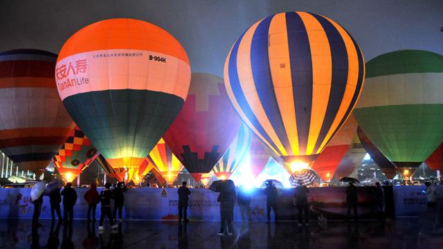 中國熱氣球表演賽暨飛行體驗活動在貴州興義舉行