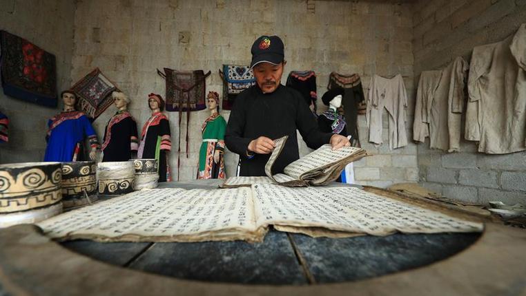 """蘇萬朝和他的彝族民俗""""博物館"""""""