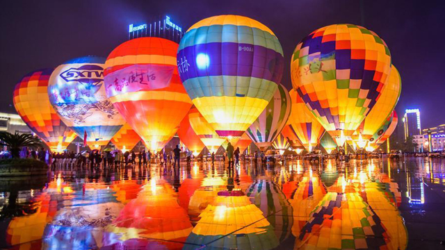 貴州興義:多彩熱氣球點亮夜空