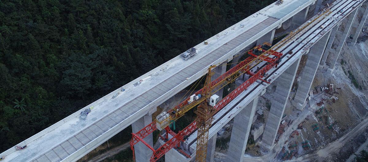 航拍:大山裏的高速公路建設