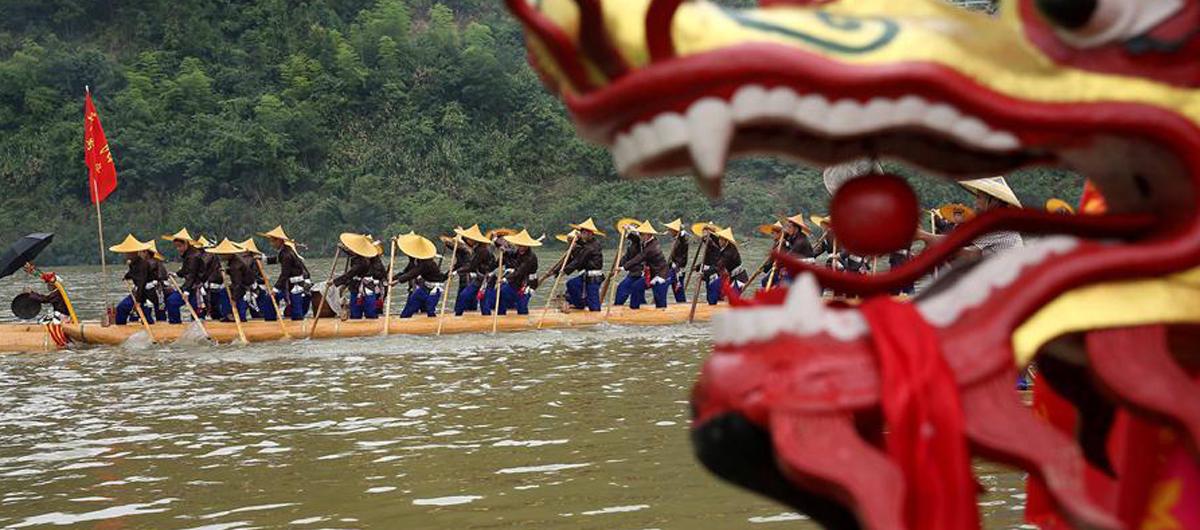 貴州苗族群眾歡度獨木龍舟節
