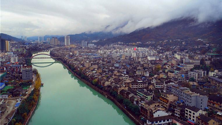 """鳥瞰""""溫泉之都""""石阡:半城山色半城水"""