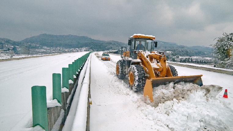 貴州高速路政全力除冰保暢