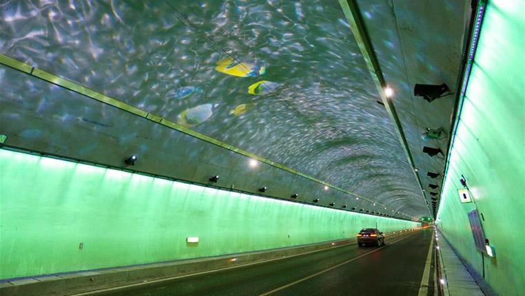 """高速隧道呈現""""海底世界"""""""