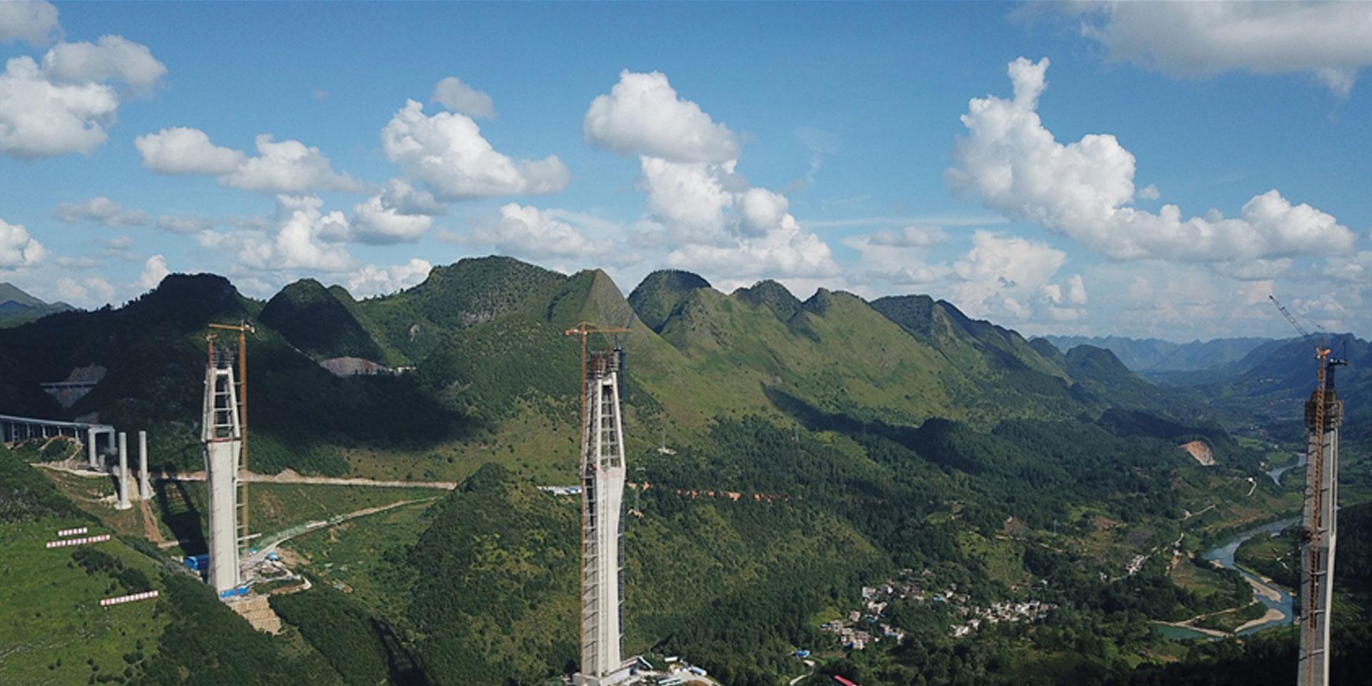 航拍:332米!世界最高混凝土橋塔在貴州平塘順利封頂