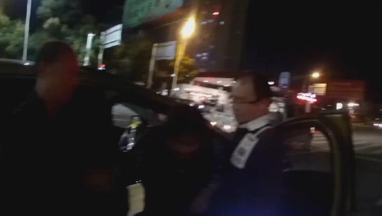 新華微視∣生死時速!搶救昏迷女童 交警6分鐘送至醫院