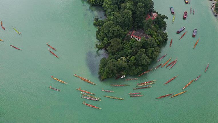 貴州銅仁:龍舟巡遊迎端午